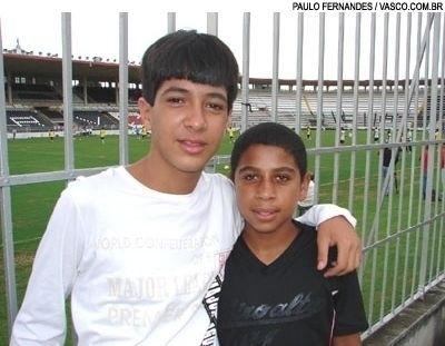 Luan ainda adolescente com um ex-companheiro de equipe em São Januário
