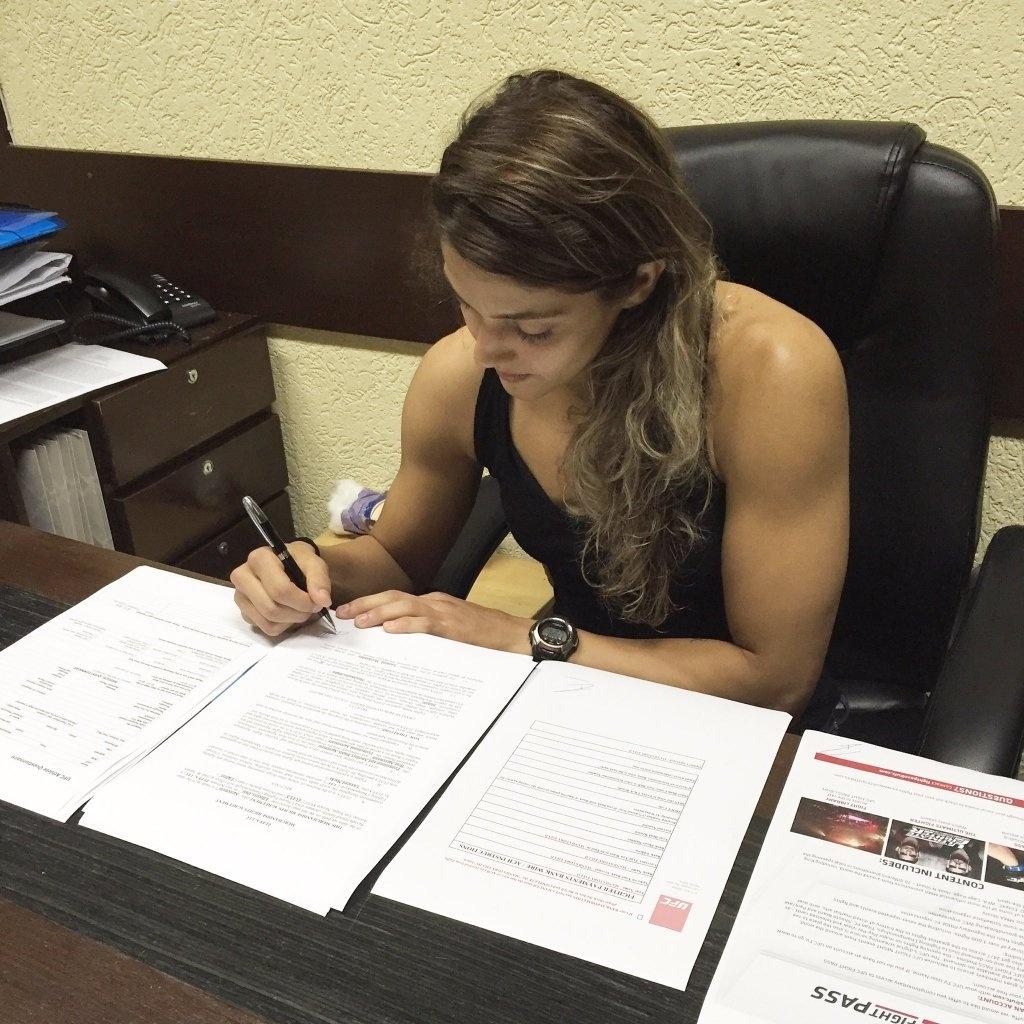 Poliana Botelho assina contrato com o UFC