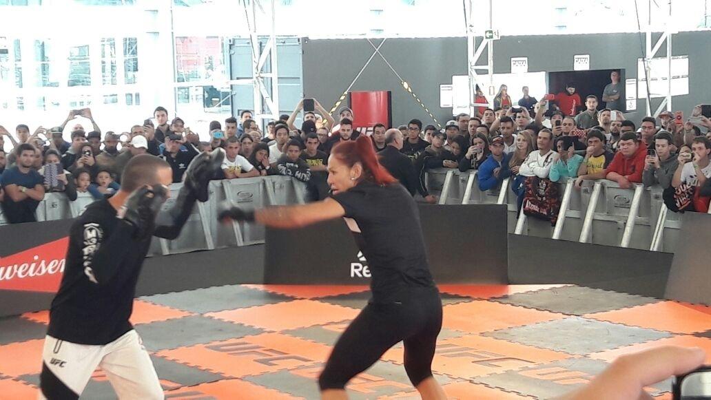Cris Cyborg treina sequência de socos em evento do UFC 198