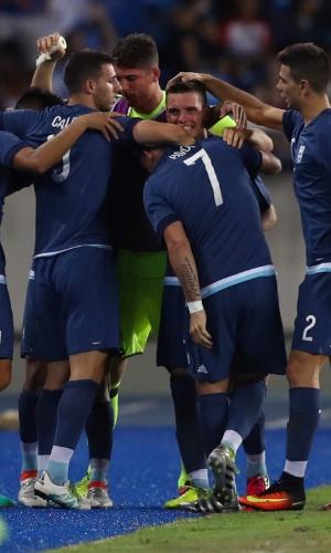 Jogadores argentinos comemoram o primeiro gol, de Ángel Correa, na partida contra a Argélia