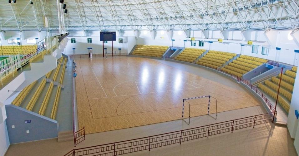 No estádio coberto, há uma quadra de futsal, utilizada também para treinamentos