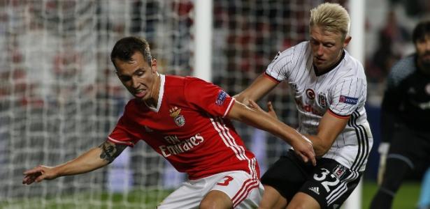 Grimaldo (esq.) em ação pelo Benfica