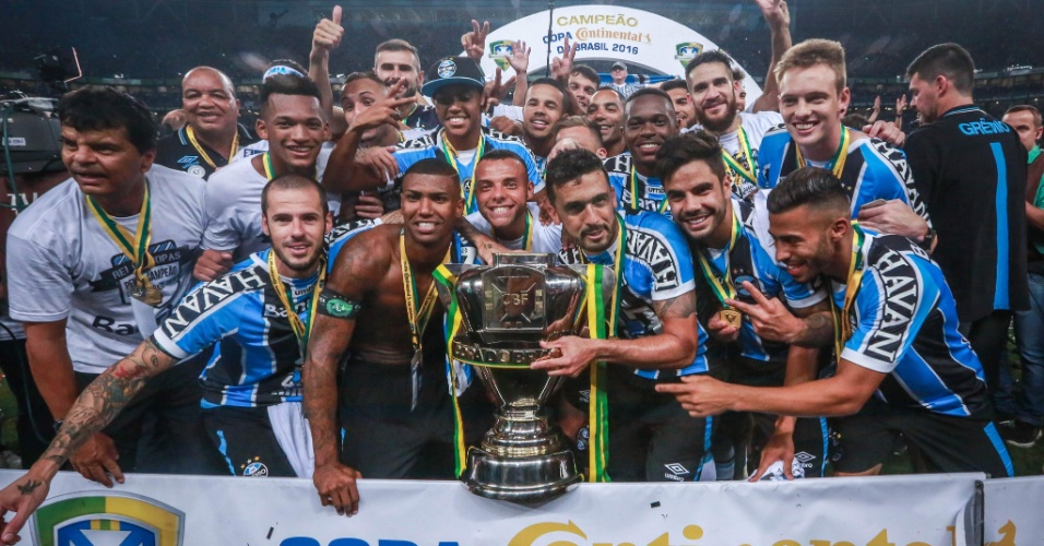 Jogadores do Grêmio posam com o troféu de campeão da Copa do Brasil