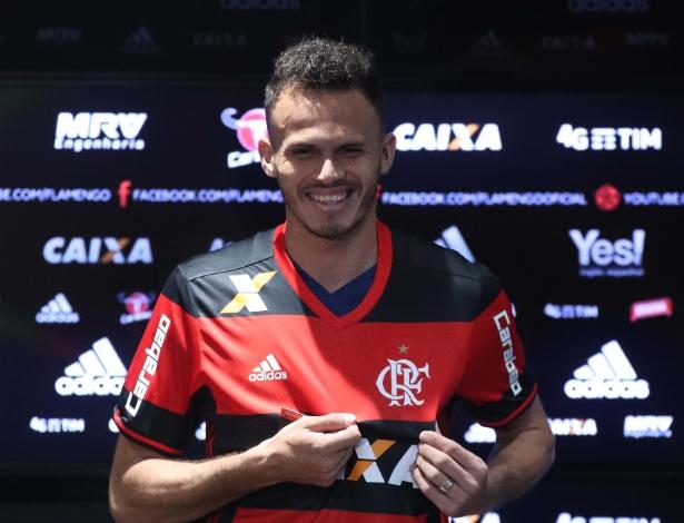 O lateral esquerdo Renê sorri e mostra a camisa durante apresentação no Flamengo