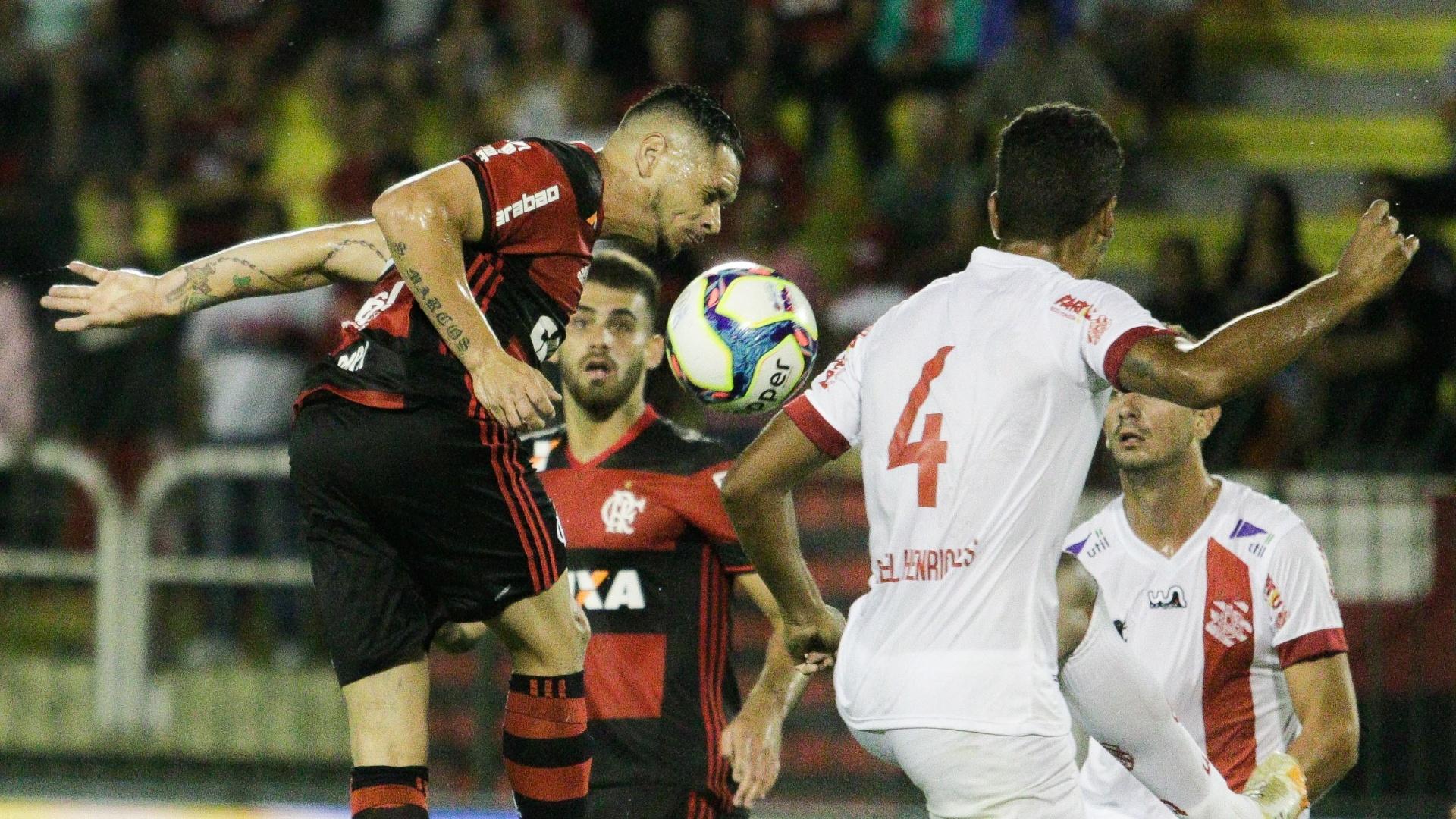Pará, do Flamengo, disputa a bola com jogadores do Bangu
