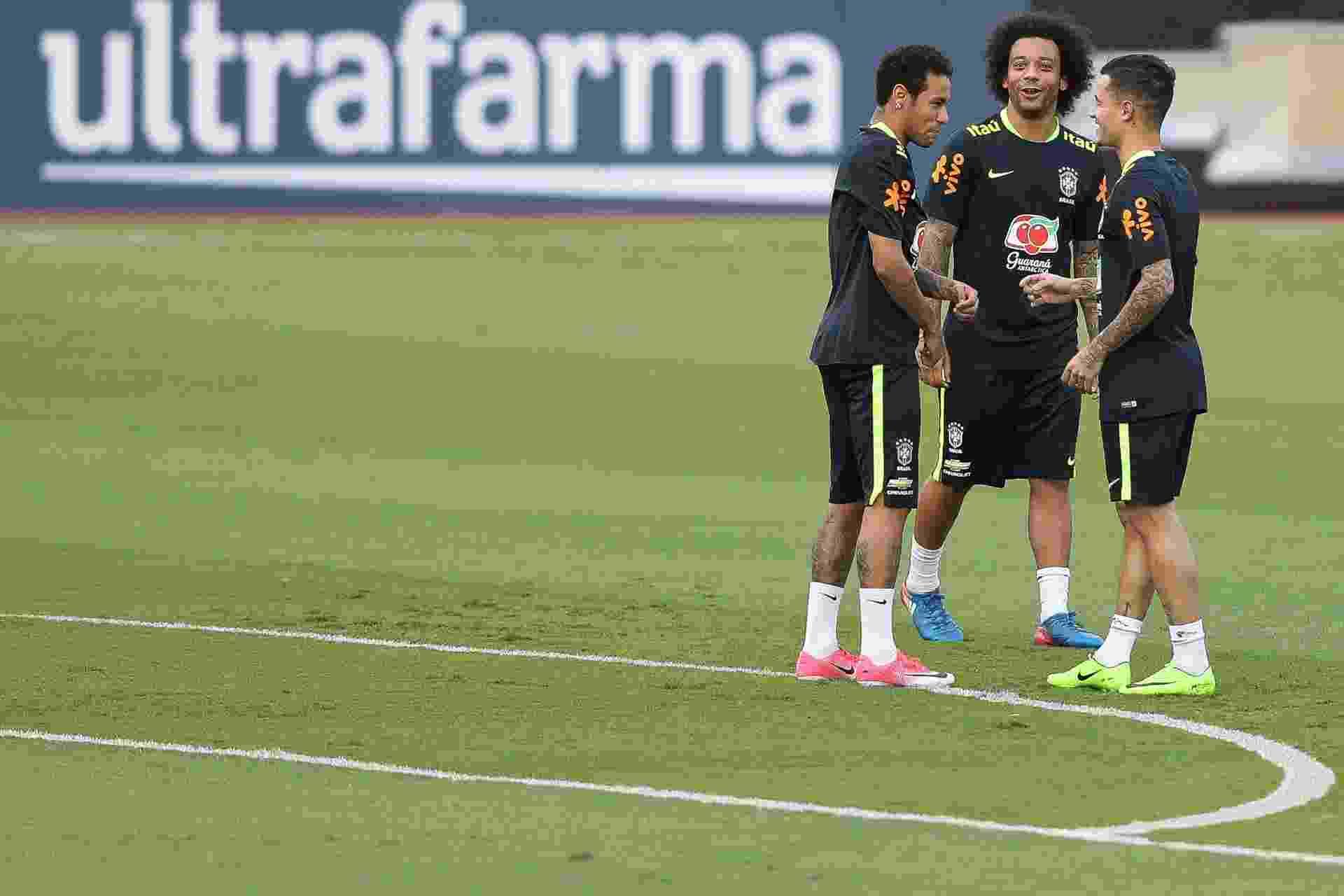 Neymar, Marcelo e Coutinho brincam durante treino da seleção no Morumbi - Pedro Martins / MoWa Press