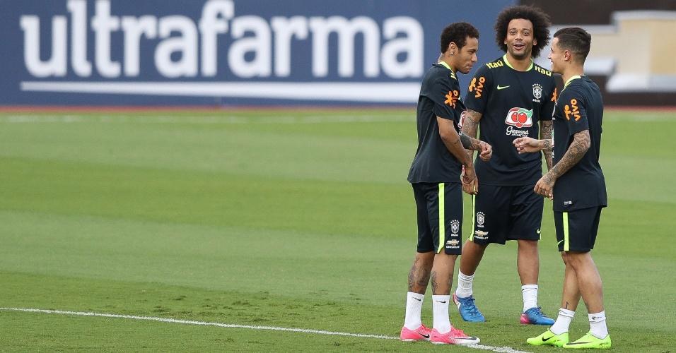 Neymar, Marcelo e Coutinho brincam durante treino da seleção no Morumbi