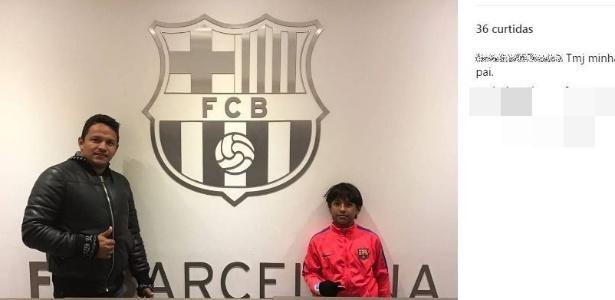 Manu, 10 anos, ao lado do pai em sede do Barcelona durante testes em fevereiro