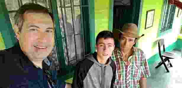 """Rafael Henzel visita o """"anjo"""" que ajudou no resgate às vítimas do acidente da chapecoense - Reprodução/Twitter - Reprodução/Twitter"""