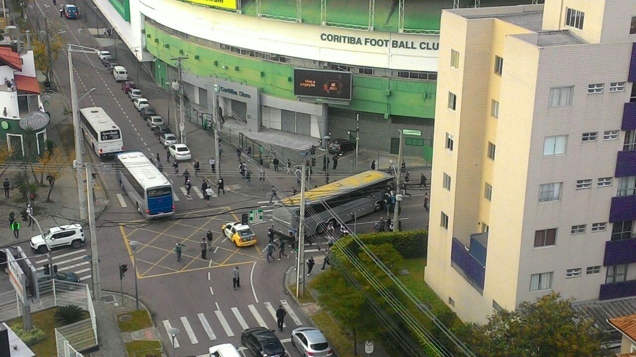 Torcedores de Coritiba e Corinthians entram em confronto próximo ao Couto Pereira