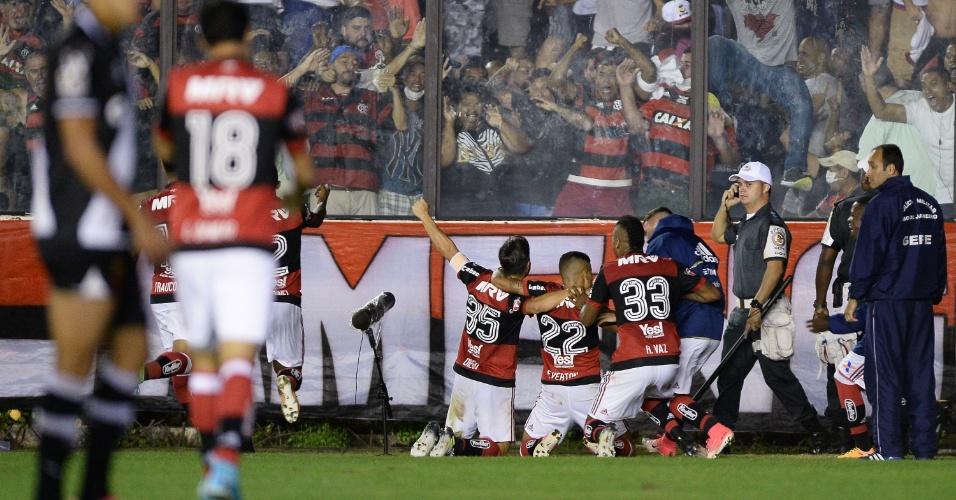 Everton, Rafael Vaz e Diego comemoram o gol do Flamengo