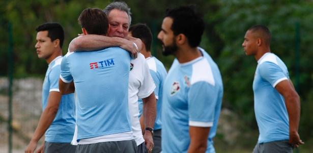 Abel Braga recebe o abraço do capitão Henrique no treino do Flu