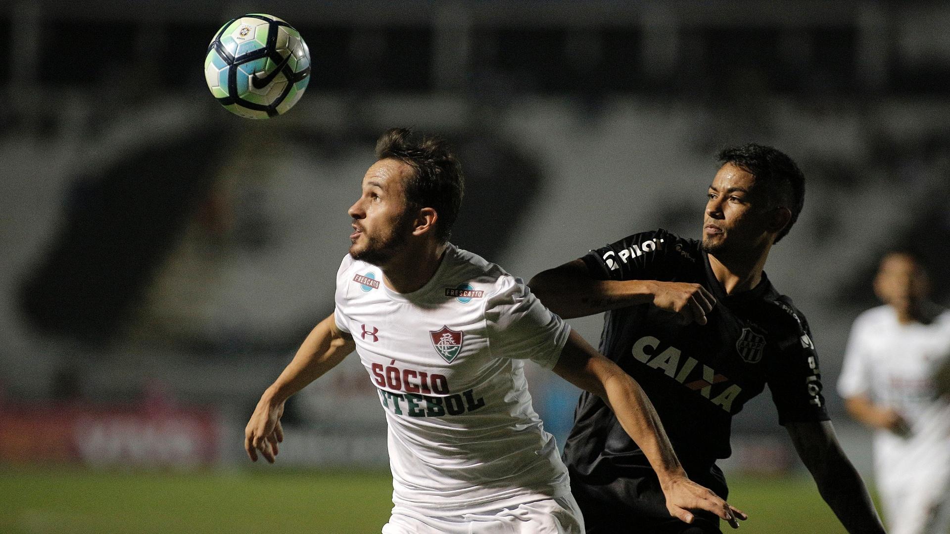 Lucca, da Ponte, disputa bola com Lucas, do Flu, pelo Brasileirão