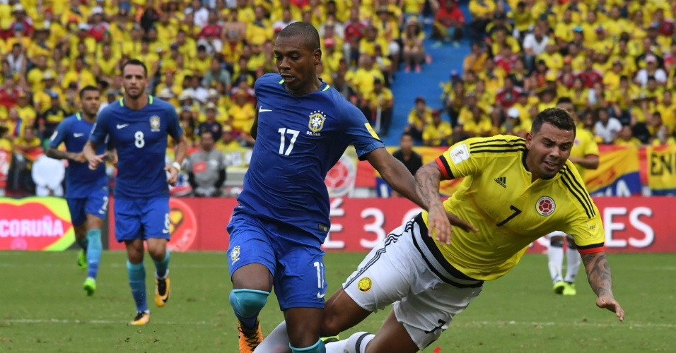 Fernandinho disputa bola com Cardona em Colômbia x Brasil pelas Eliminatórias