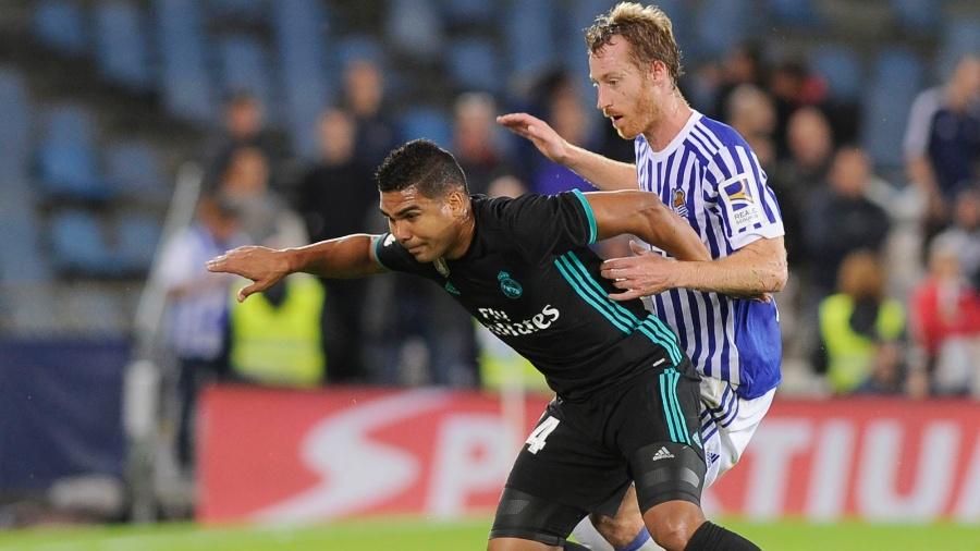 Casemiro, do Real Madrid, se protege da chegada de David Zurutuza, da Real Sociedad - Ander Gillenea/AFP