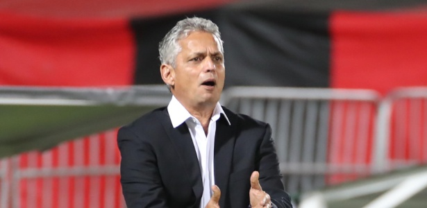 O técnico Reinaldo Rueda acompanha o jogo entre Flamengo e Chapecoense