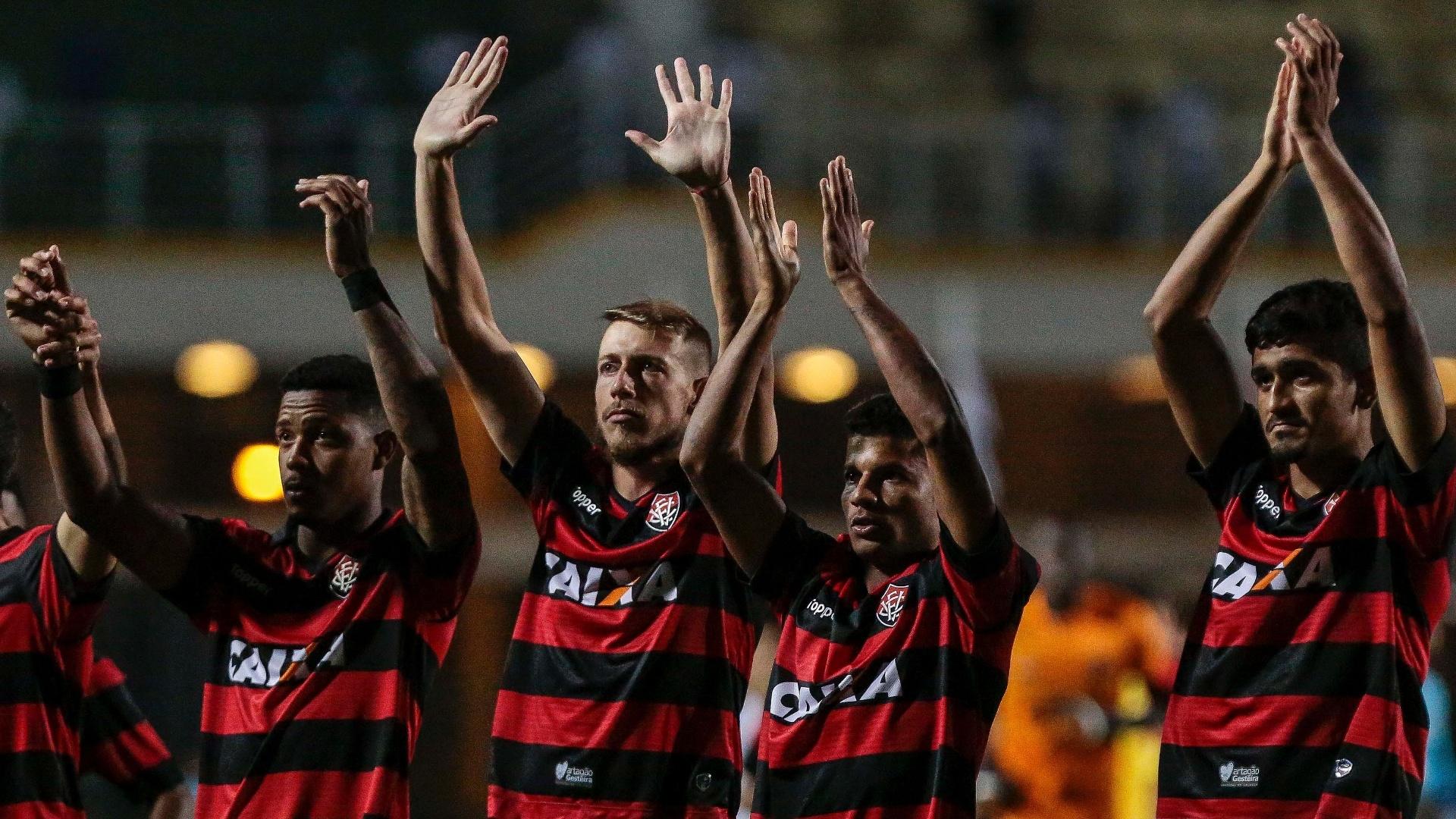 Jogadores do Vitória cumprimentam torcida durante jogo com o Santos