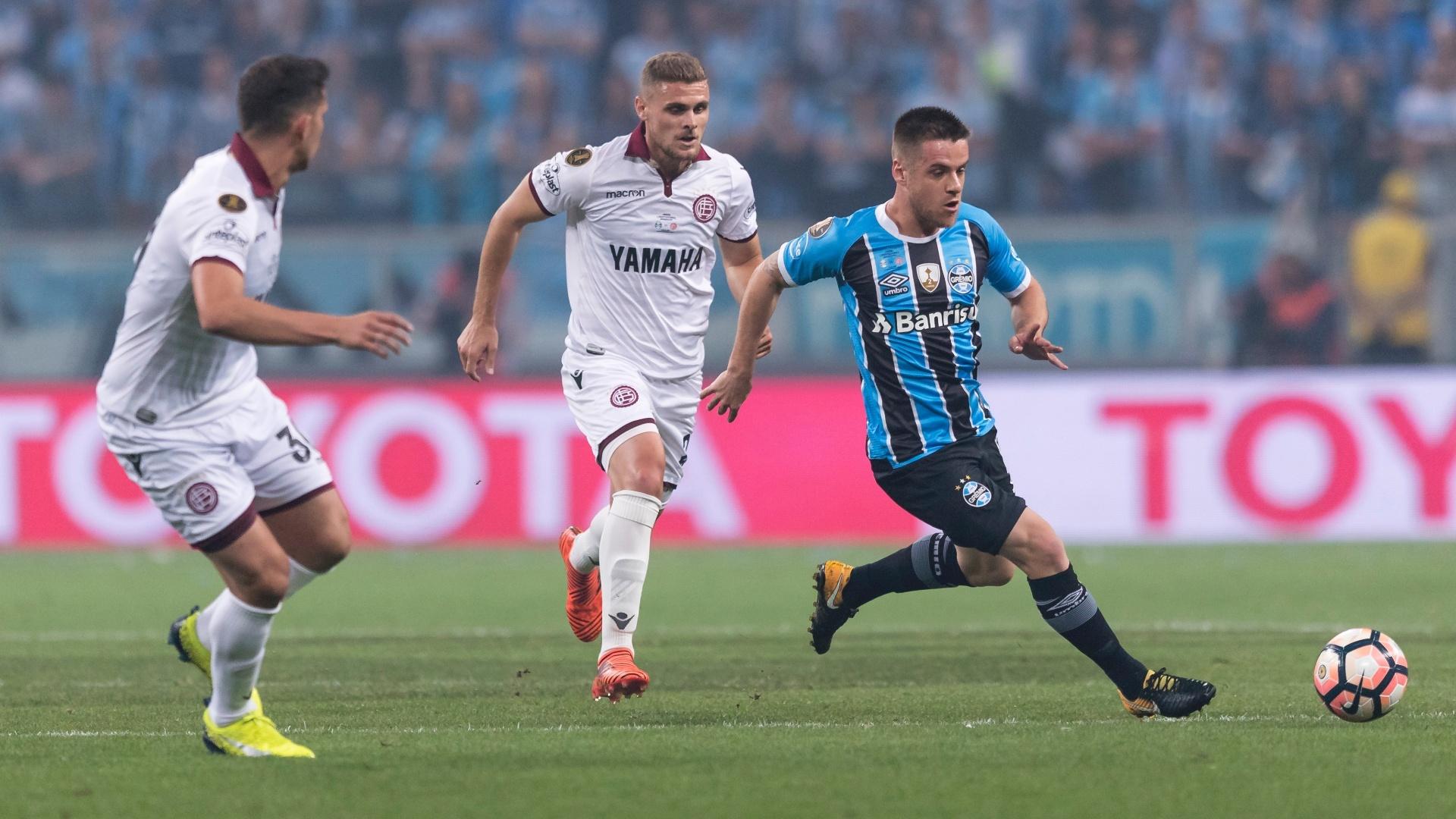 Ramiro foge da marcação do Lanús no primeiro jogo da final da Libertadores, na Arena do Grêmio