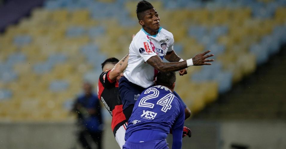 Diego Alves machuca e precisa ser substituído na partida entre Flamengo e Junior