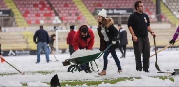 Torcida do Burgos ajuda o clube ao retirar a neve antes de jogo