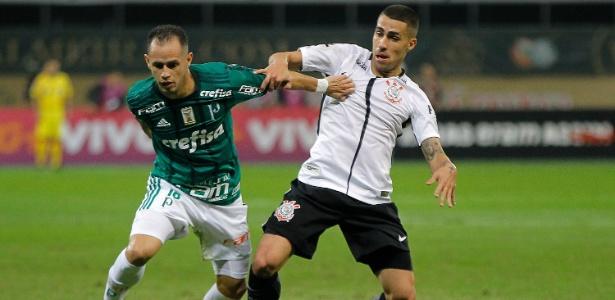 Guerra e Gabriel disputam a bola no clássico vencido pelo Corinthians em fevereiro - Daniel Vorley/AGIF