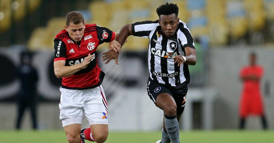 Moisés tenta escapar da marcação de Jonas no jogo entre Flamengo e Botafogo