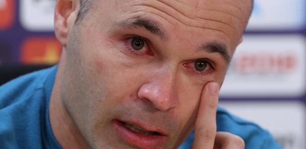 Iniesta se emocionou muito na despedida do Barcelona