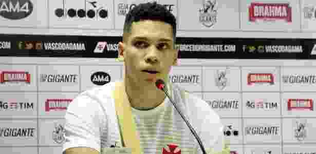 Paulinho em coletiva de despedida do Vasco ainda com tipóia no braço esquerdo - Paulo Fernandes / Flickr do Vasco