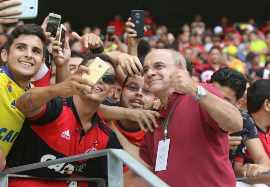 Eduardo Bandeira de Melo, presidente do Flamengo, posa para fotos com torcedores do time antes do jogo contra o Ceará, em Fortaleza