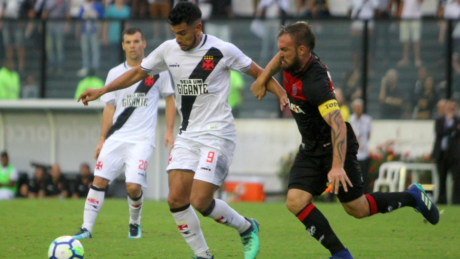 Andres Rios carrega a bola durante Vasco x Vitória pelo Brasileirão