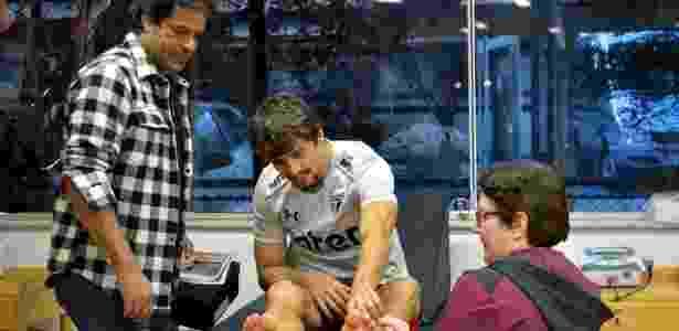 O diretor de futebol do São Paulo, Raí, observa Rodrigo Caio começar a fisioterapia - Érico Leonan / saopaulofc.net