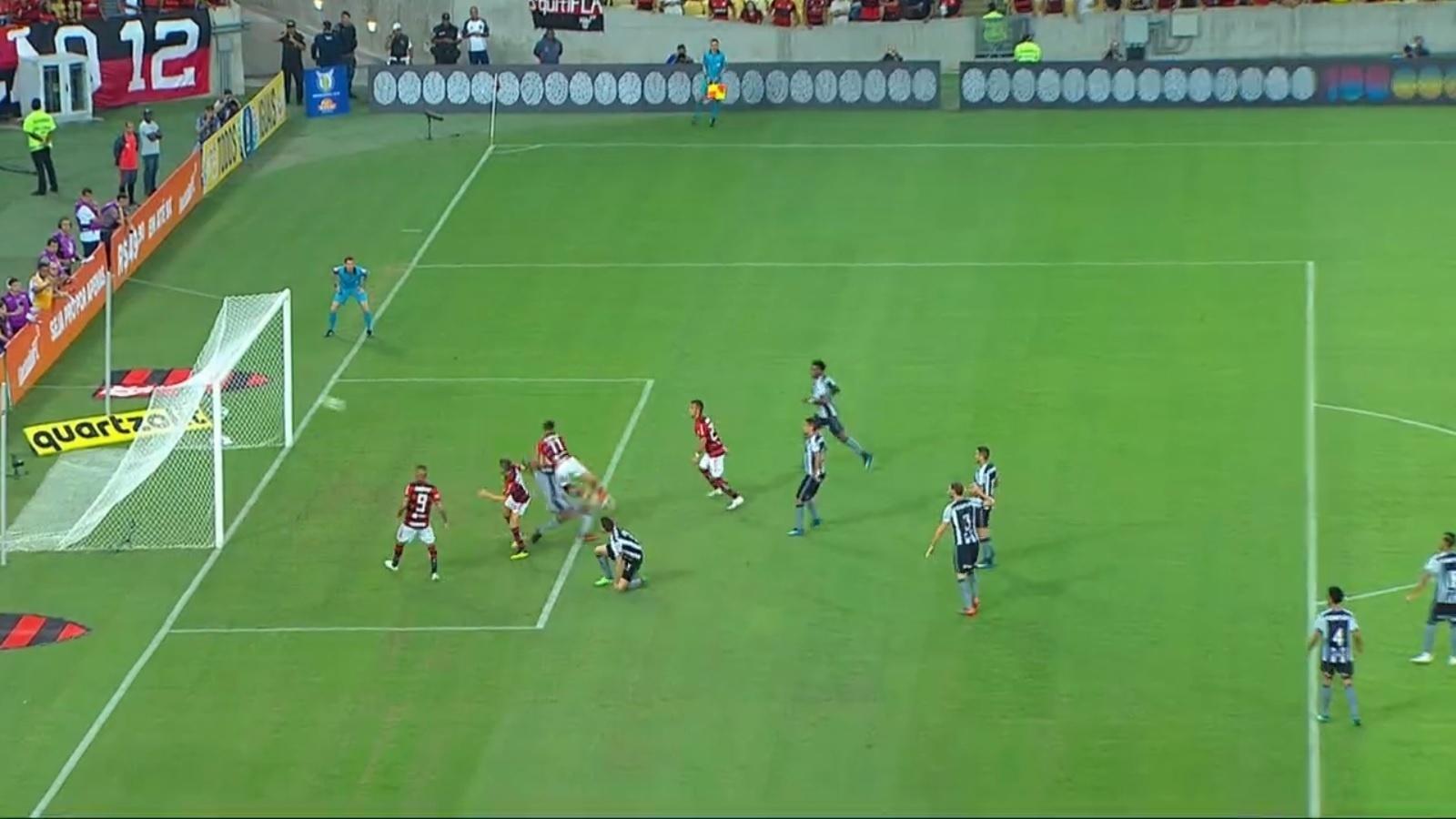 Lucas Paquetá se choca com Jefferson no gol do Flamengo