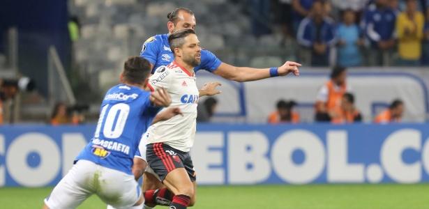 Barcos e Diego disputam a bola em partida entre Cruzeiro e Flamengo - Paulo Fonseca/EFE