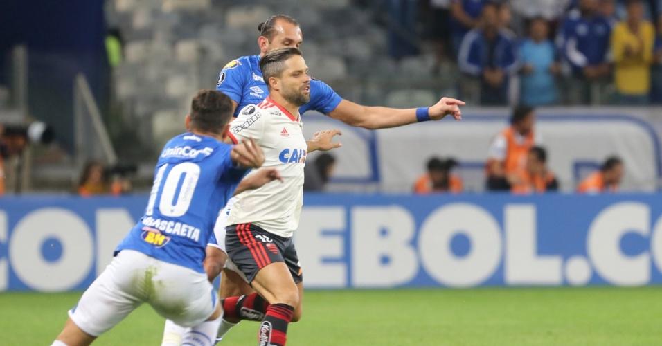 Barcos e Diego disputam a bola em partida entre Cruzeiro e Flamengo