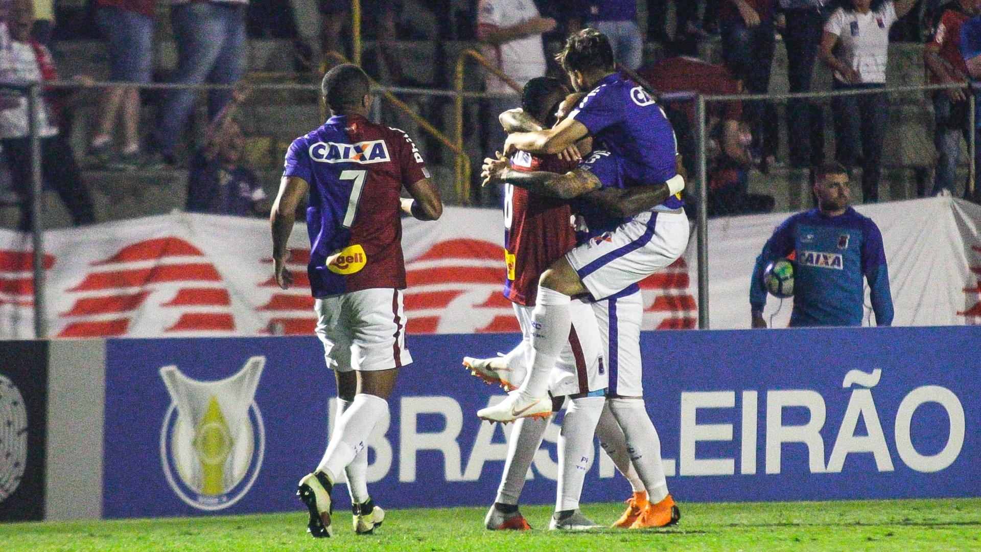 Jogadores do Paraná comemoram gol sobre o Vasco em duelo do Brasileirão