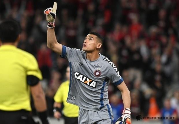 Santos, goleiro do Atlético-PR, durante jogo contra o Bahia