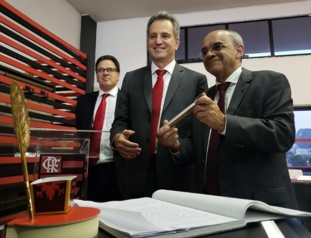 Bandeira de Mello passa o bastão presidencial ao novo mandatário Rodolfo Landim - Twitter/Flamengo