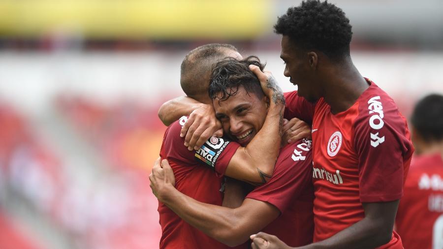 """Sarrafiore comemora com D""""Alessandro gol contra o Aimoré, no domingo - Ricardo Duarte/Inter"""