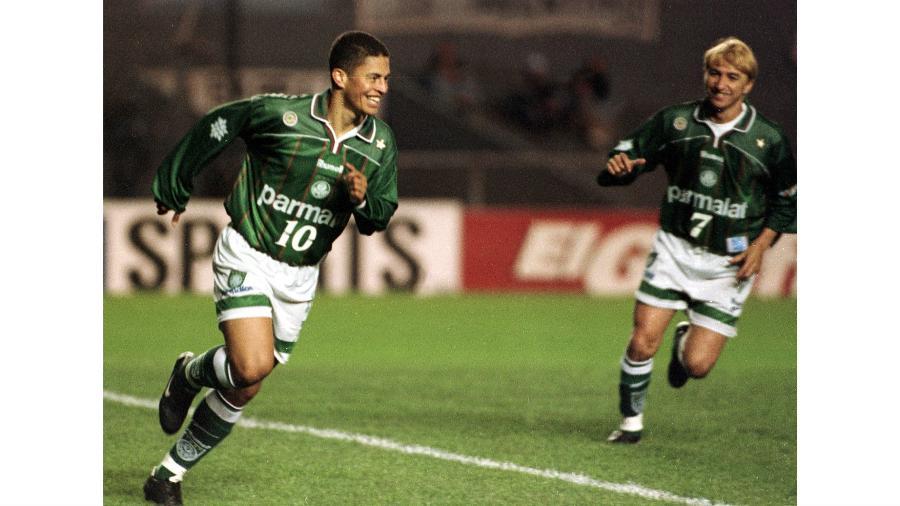Alex em ação pelo Palmeiras na campanha vitoriosa da Libertadores de 1999 - Sebastian Perez REUTERS