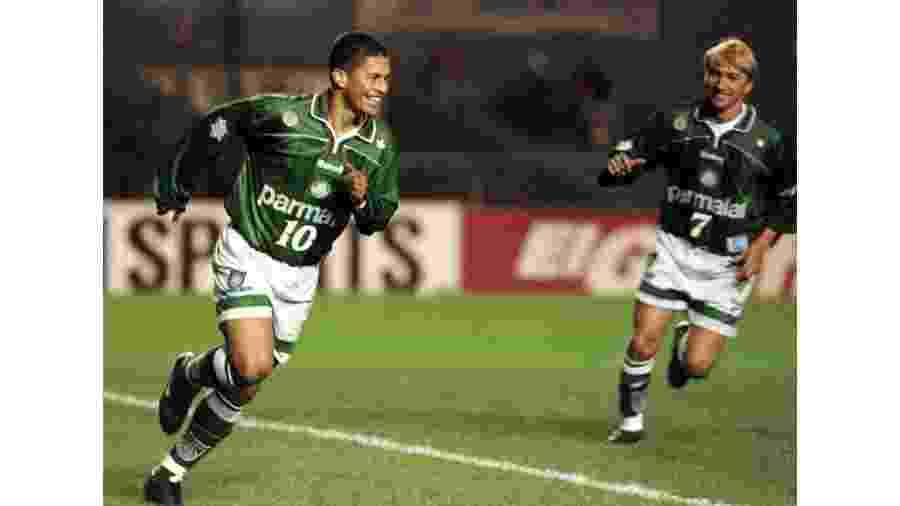 Alex, com Paulo Nunes atrás, em jogo da Libertadores de 1999 - Sebastian Perez REUTERS