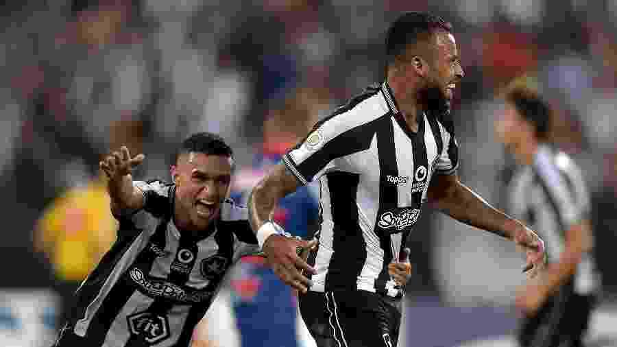 Alex Santana (à direita) comemora gol marcado para o Botafogo contra o Fortaleza - Thiago Ribeiro/AGIF