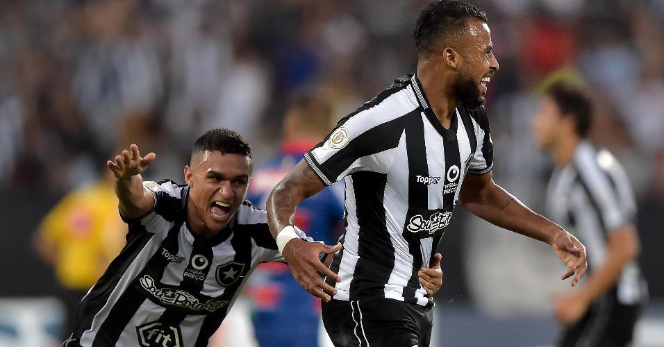Alex Santana (à direita) comemora gol marcado para o Botafogo contra o Fortaleza