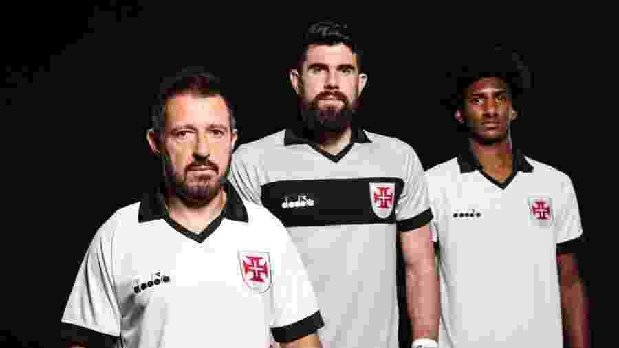 Ramon, Fernando Miguel e Talles Magno com a nova camisa III do Vasco: modelo fará sua estreia no próximo domingo (25) - Carlos Armando / Site oficial do Vasco