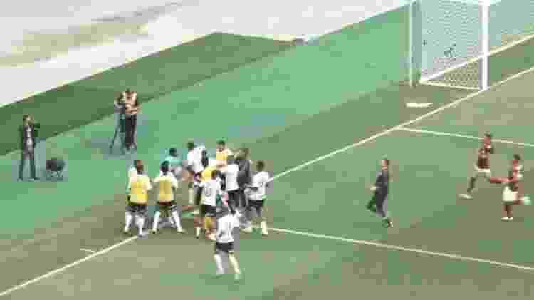 Goleiro do Sub-20 do Flamengo foi cercado e agredido por jogador do Corinthians - Reprodução Mycujoo - Reprodução Mycujoo