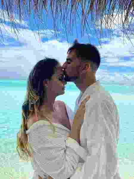 Rafael Longuine beija Aline Lima durante a lua de mel do casal - Reprodução/Instagram
