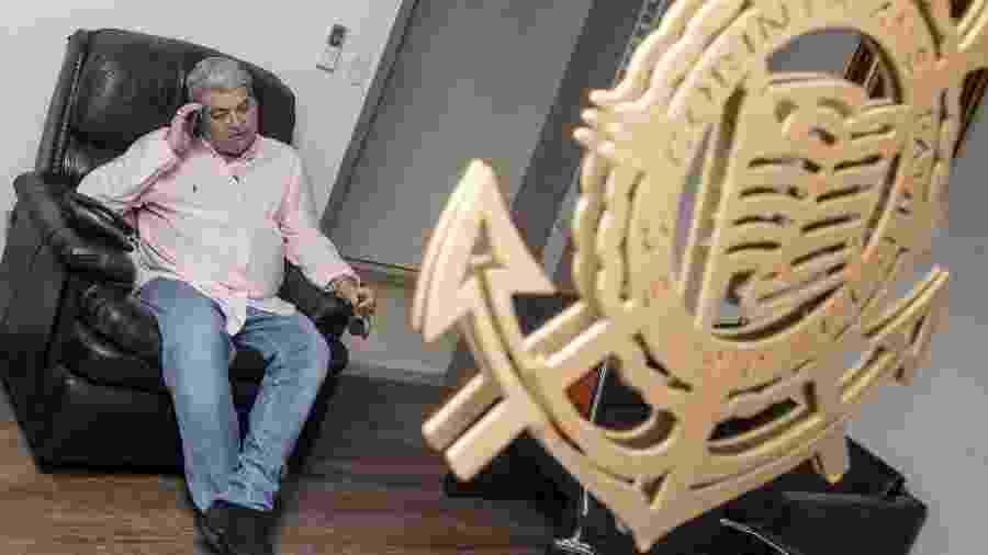 Um escudo do Corinthians feito de madeira fica exposto no camarim de Datena na sede da Band, em São Paulo - Diego Padgurschi/UOL