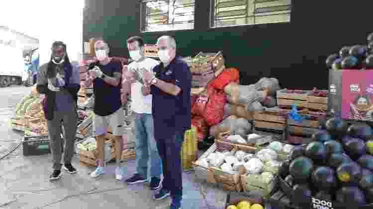 Tinga, D'Alessandro e Dunga arrecadam 10 de toneladas de alimentos e repassam ao Sacolão da Chácara, no bairro Restinga, em Porto Alegre - Twitter / Divulgação - Twitter / Divulgação