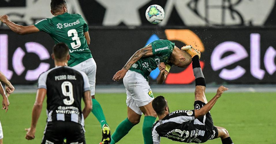 Caio Alexandre arrisca uma bicicleta, durante a partida entre Botafogo e Cuiabá