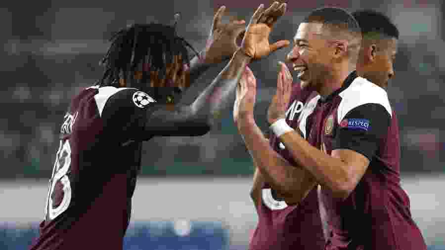 Moise Kean e Mbappé comemoram gol do PSG contra o Istanbul Basaksehir, pela Liga dos Campeões - Getty Images