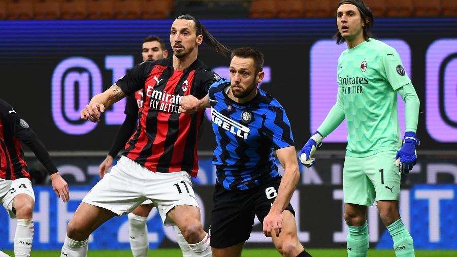 Ibrahimovic em disputa com Stefan de Vrij no clássico entre Inter de Milão e Milan, pela Copa da Itália - Inter via Getty Images